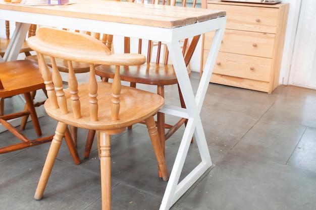 Café do estilo do vintage com cadeiras de madeira. decorado com móveis de madeira.