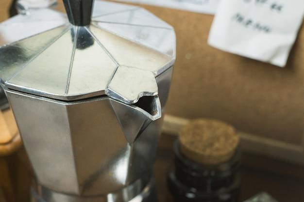 Café do torrador do vintage na tabela de madeira.