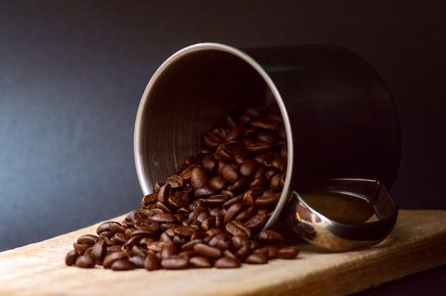 Café do velho pote de metal na mesa de madeira