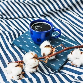 Café e algodão em manta listrada