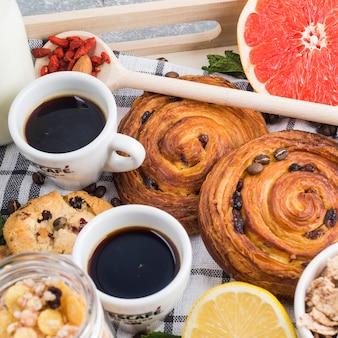 Café e biscoitos assados com frutas cítricas