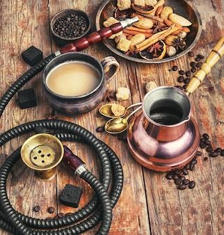 Café e cachimbo de água