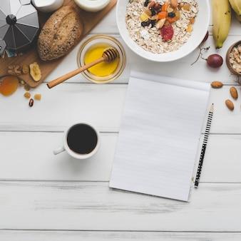 Café e caderno perto do café da manhã