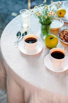 Café e café da manhã na mesa comida no terraço ao ar livre