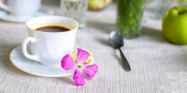 Café e café da manhã na mesa, intervalo para chá ao ar livre