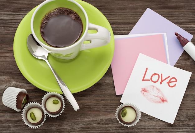 Café e chocolates com amor.