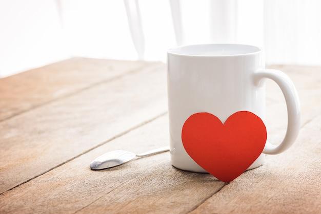 Café e coração vermelho