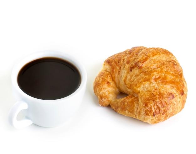 Café e croissant isolado no branco