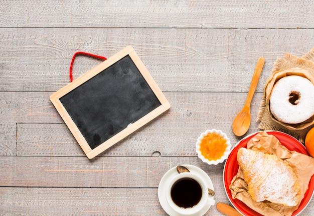 Café e croissant no café da manhã, vista superior