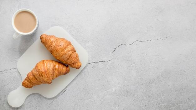 Café e croissants com espaço para texto