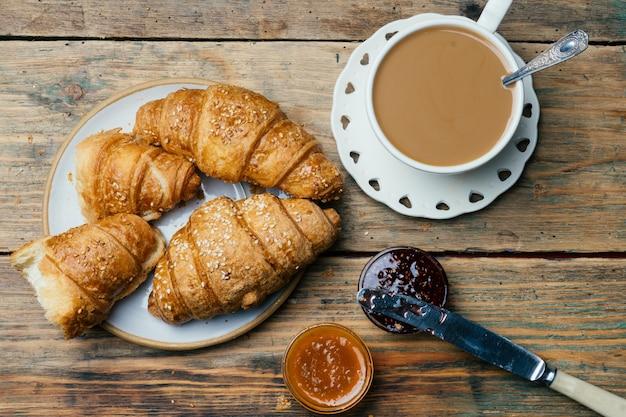 Café e croissants com geléia. café da manhã típico francês (petit déjeuner)