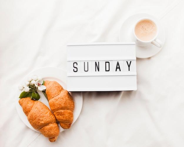 Café e croissants no café da manhã