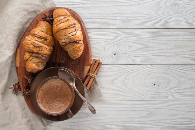 Café e croissants