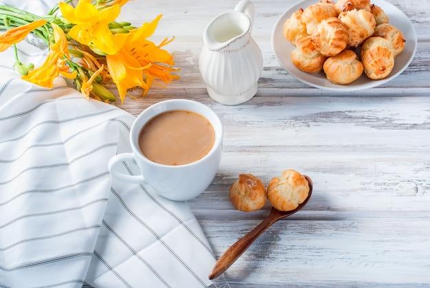 Café e doces em branco
