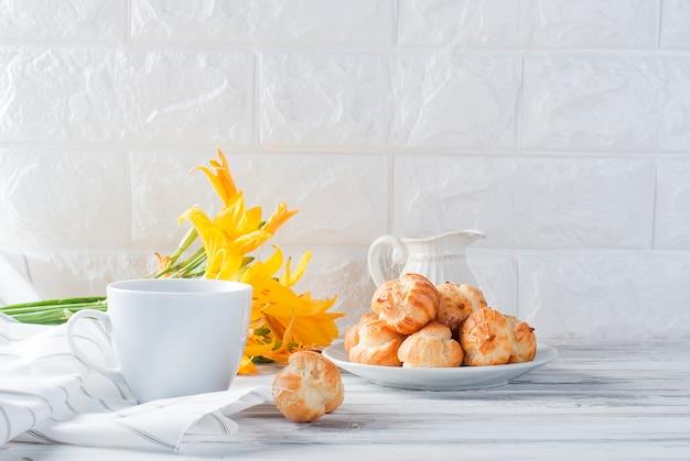 Café e éclairs em um fundo branco