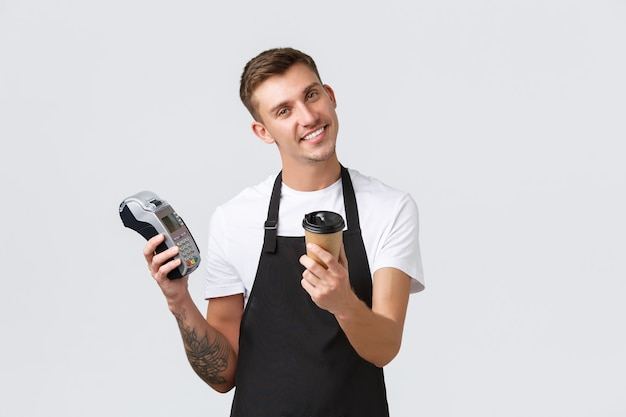 Café e equipe de proprietários de pequenas empresas conceito bonito sorridente barista entregando takeaway xícara dr ...