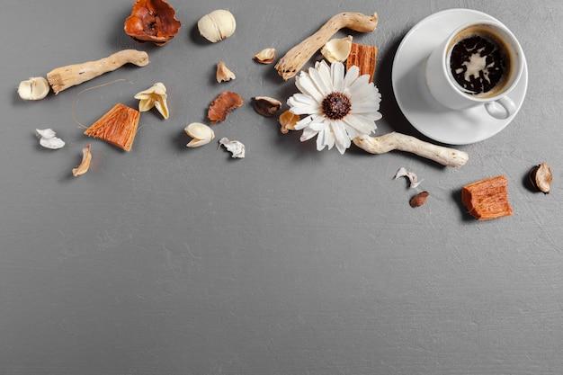 Café e flor na mesa. vista do topo