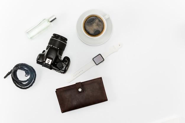 Café e itens pessoais na área de trabalho