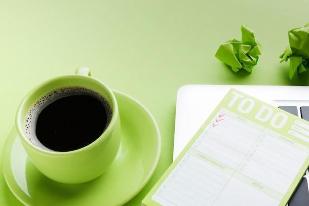Café e lista de tarefas a fechar