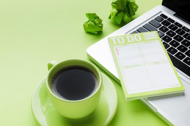 Café e lista de tarefas
