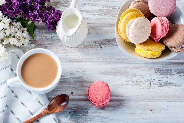 Café e macarons em um fundo branco