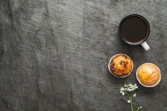 Café e muffins para café da manhã