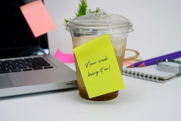 Café e notas adesivas
