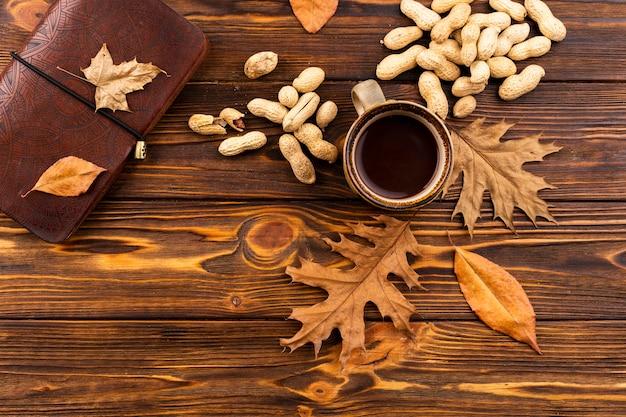 Café e nozes fundo outono