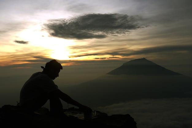 Café e o nascer do sol na montanha