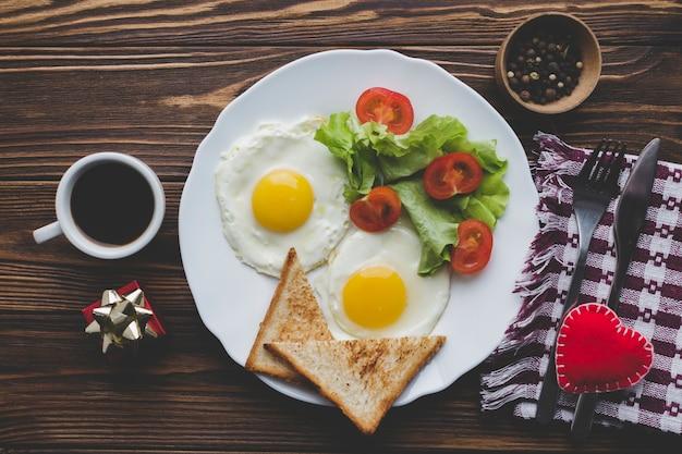 Café e ovos fritos para café da manhã