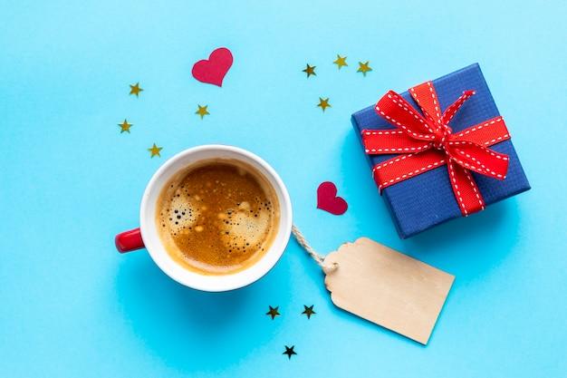 Café e presentes rotulados