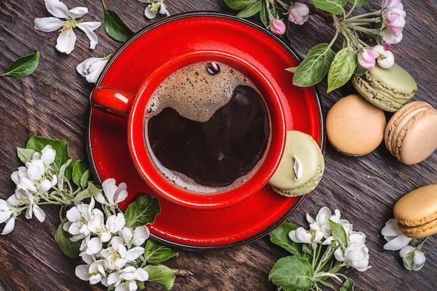 Café e ramos de uma macieira em flor