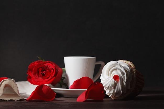 Café e rosas vermelhas no dia dos namorados