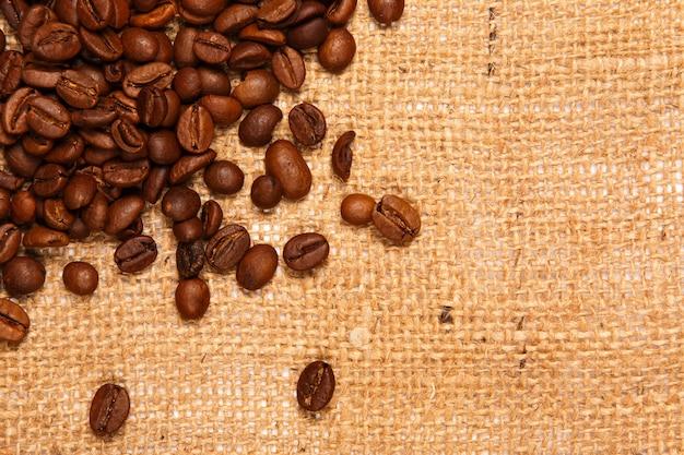 Café e saco de carvão