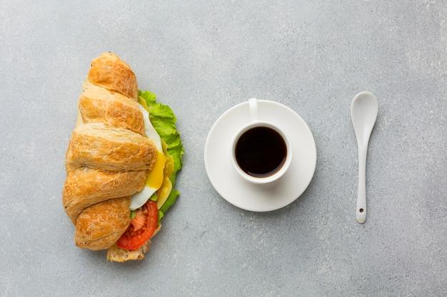 Café e sanduíche saboroso