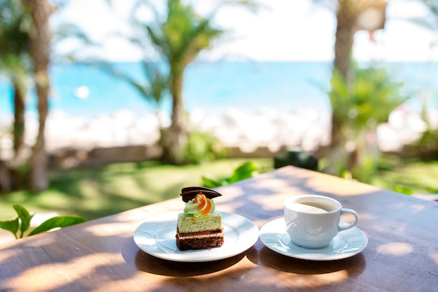 Café e sobremesa no fundo do mar.