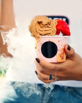 Café e sorvete de morango na cesta