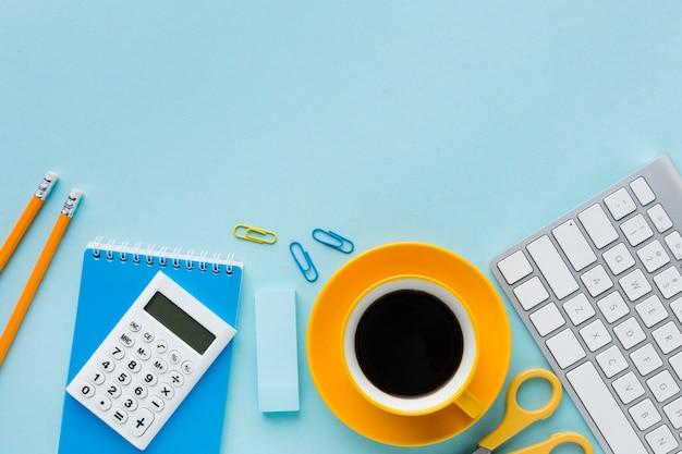 Café e teclado plana leigos