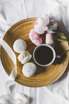 Café e um cobertor sobre um fundo branco