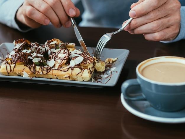 Café e waffle belga. comida e bebida. doce almoço ou hábito de café da manhã.