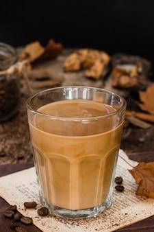 Café em ângulo alto com leite em copo