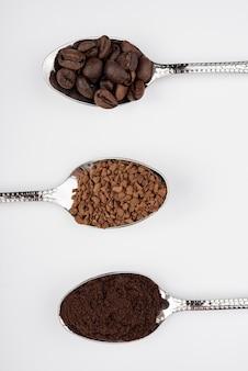 Café em close-up em diferentes estados