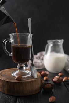 Café em copo com leite e trufas