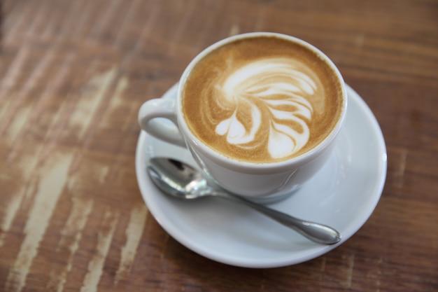Café em fundo de madeira