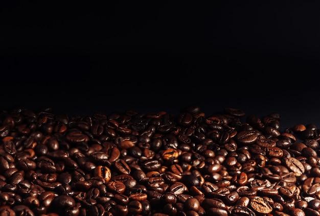 Café em grão close-up. o conceito de fazer café forte aromático