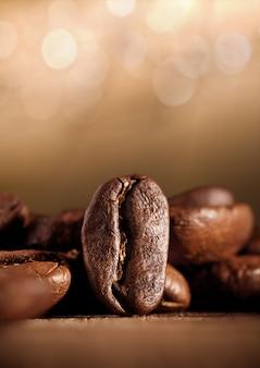Café em grão com bokeh