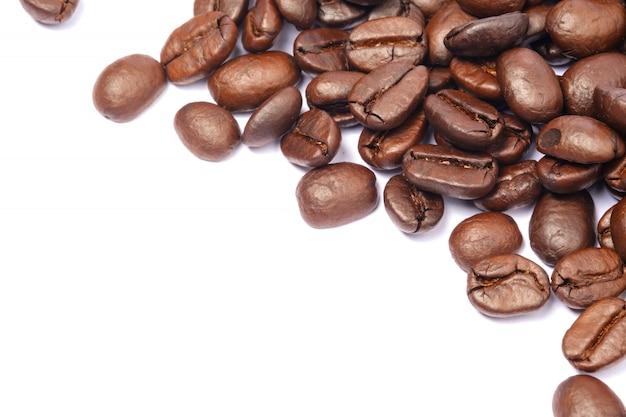 Café em grão no fundo branco isolado, copie o espaço