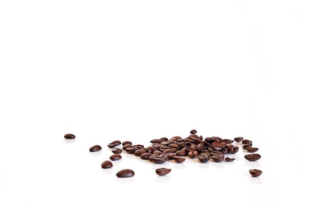 Café em grão no fundo branco