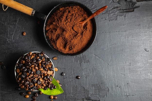 Café em pó e grãos de café torrados