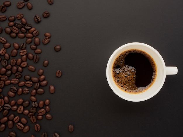 Café em um copo em um de grãos de café.